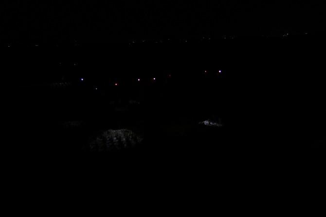 캄캄한 논에서 보이는 건 랜턴의 불빛 뿐. - 어린이과학동아 제공